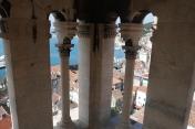 Vue entre les colonnes du campanile